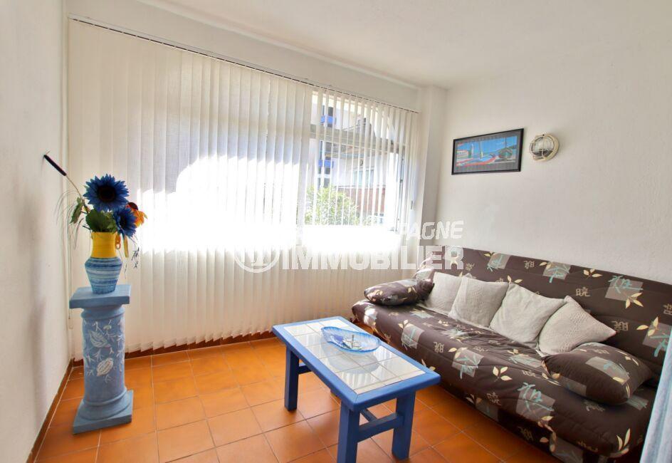 immo roses: appartement  2 pièces 50 m², séjour lumineux, canapé, table basse