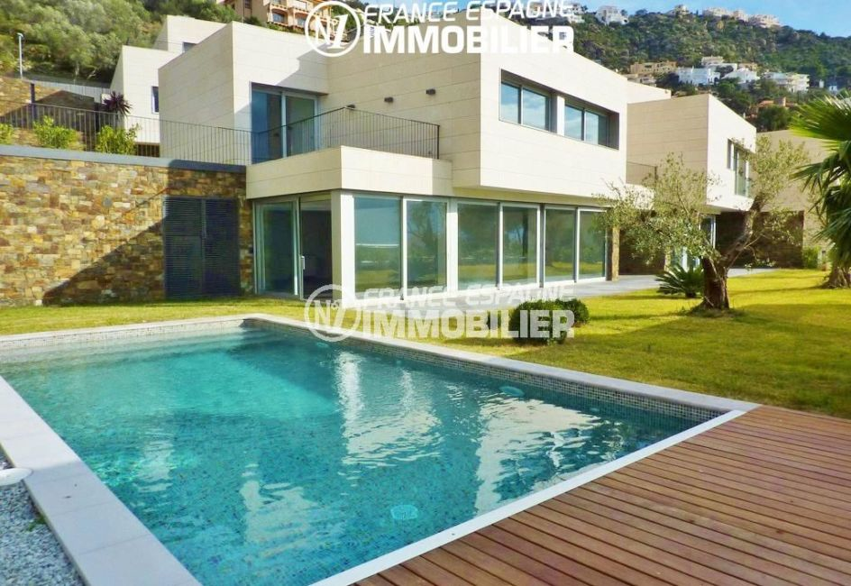 agence immobiliere rosas: villa ref.2392, vue sur la façade, piscine et jardin de 620 m²