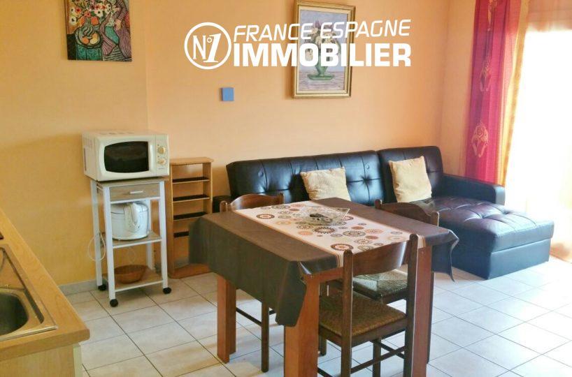 immo roses: appartement ref.2477, pièce principale, coin cuisine + accès terrasse