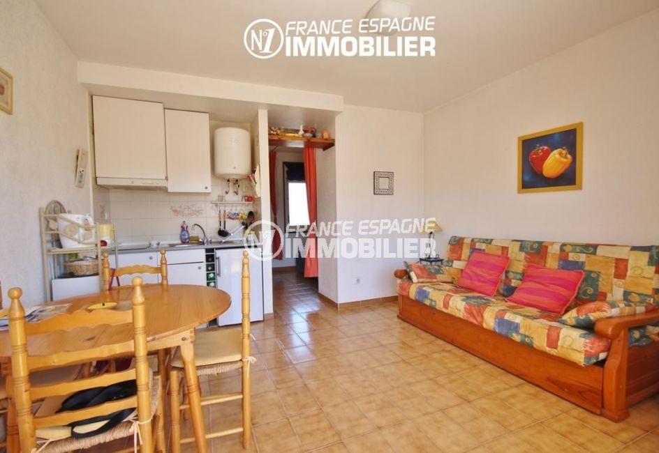 agence immobilière costa brava: studio 35 m², pièce principale avec coin cuisine accès terrasse