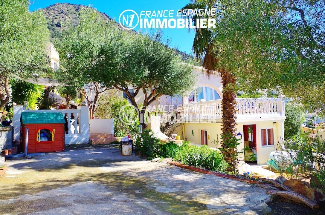 immo rosas: villa ref.2497, vue sur le jardin arboré et la terrasse