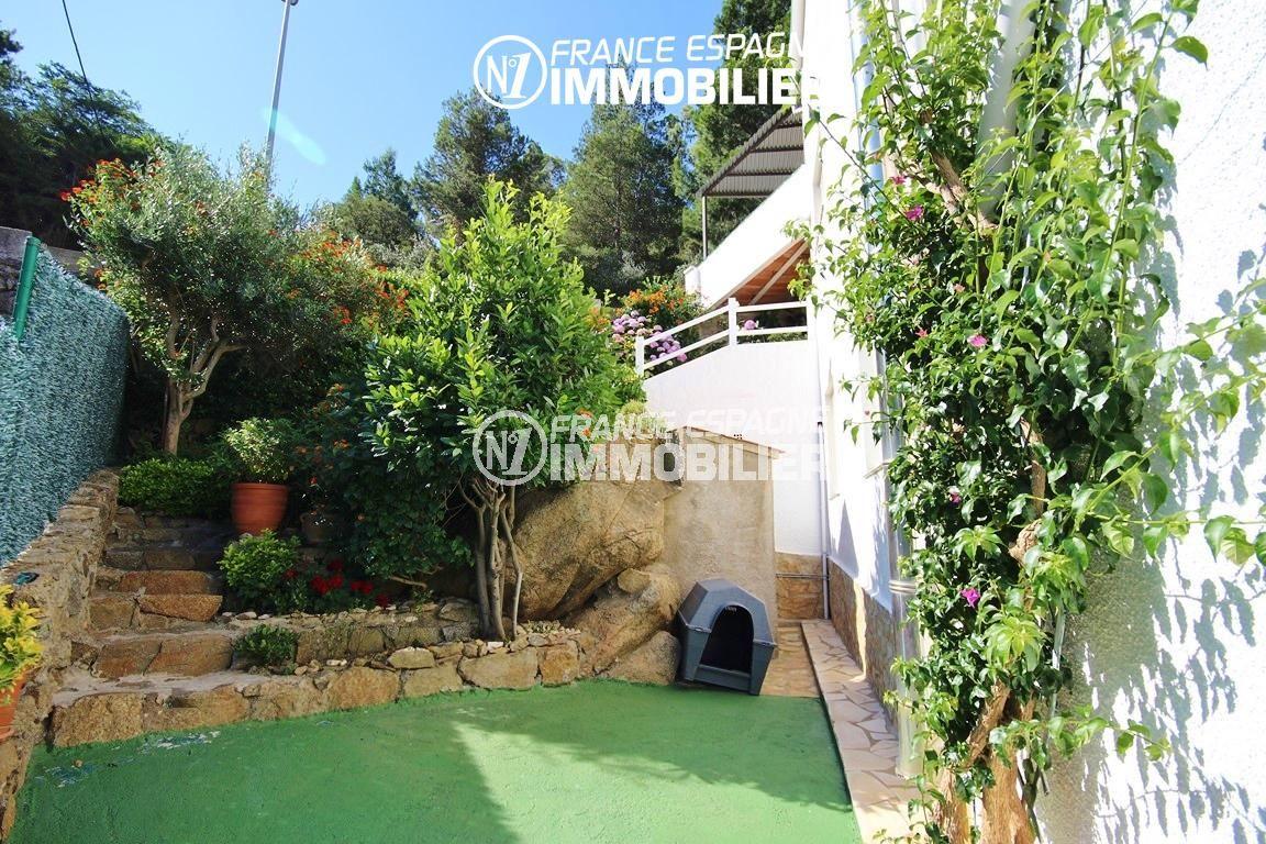 immobilier costa brava: villa ref.2943, aperçu jardin 360 m² et escalier vers l'entrée