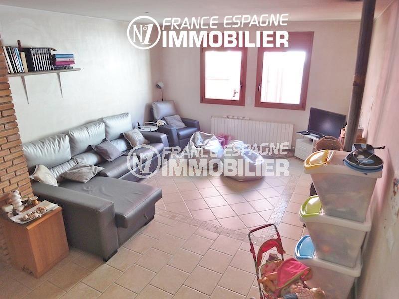 vente immobiliere costa brava: villa 206 m², salon / séjour lumineux avec rangements