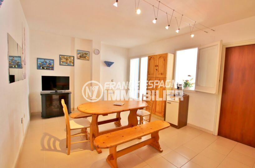 appartement a vendre rosas, 2 pièces 50 m², séjour avec véranda aménagée, parking commun extérieur