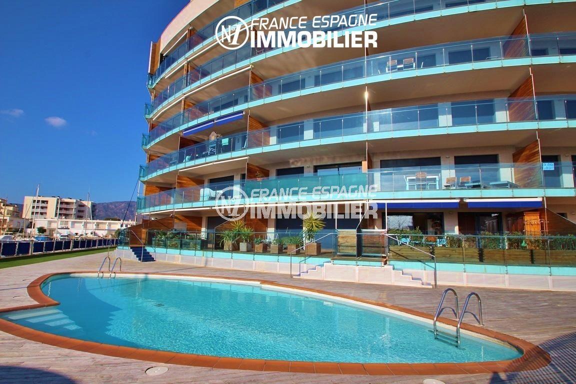 appartement a vendre rosas, ref.2848, vue sur la piscine et la façade de l' immeuble