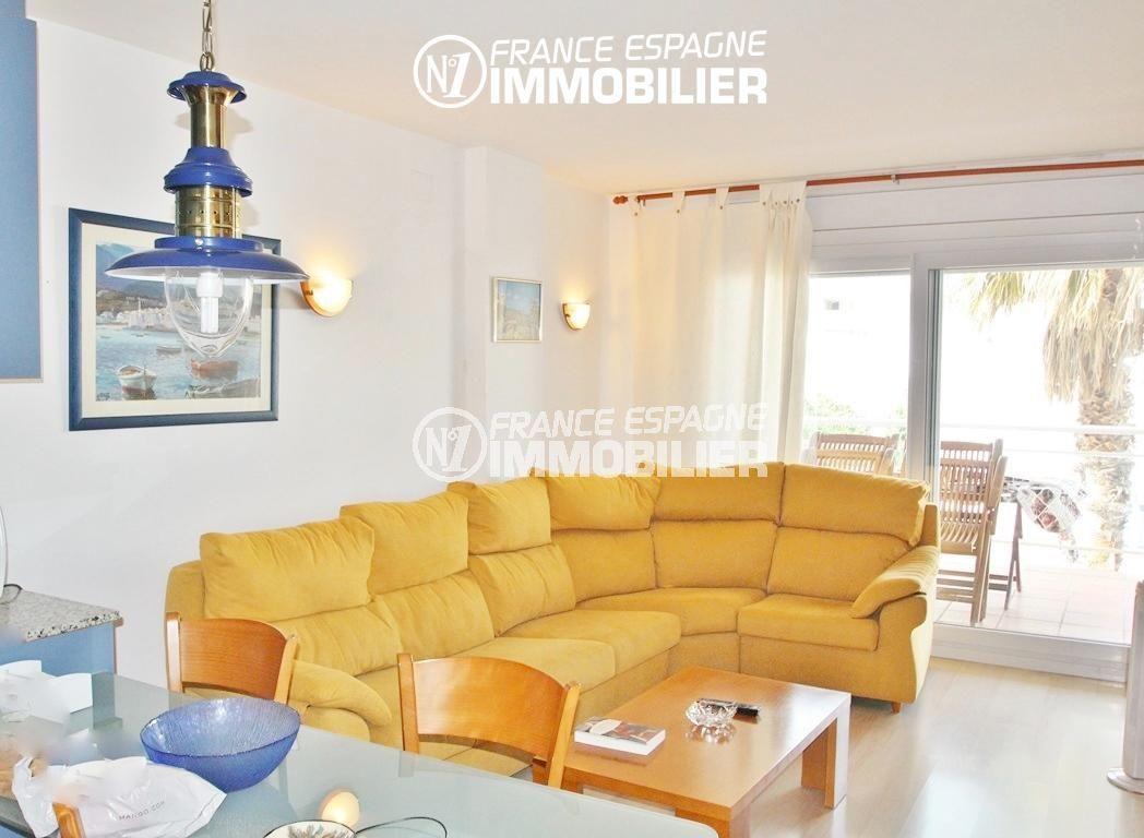 immo roses: appartement avec séjour lumineux accès grande terrasse | ref.2647