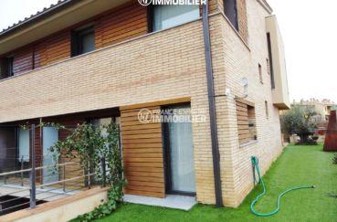 maison costa brava, ref.2482, vue sur la façade et les volets en bois