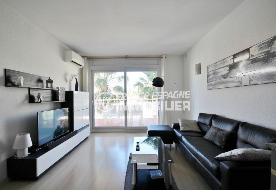 appartement a vendre a rosas, salon / séjour lumineux avec rangements accès terrasse