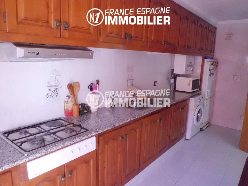 agence immobiliere rosas: cuisine équipée et nombreux rangements | appartement ref.1980