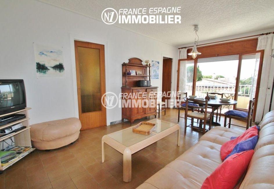immo roses: appartement 70 m², salon / séjour lumineux avec accès à la terrasse
