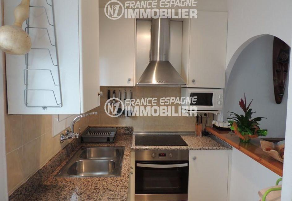 roses immobilier: villa ref.2470, cuisine américaine équipée avec des rangements