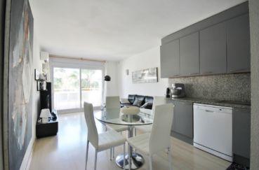 appartements a vendre a rosas, proche plage, salon / séjour avec cuisine ouverte