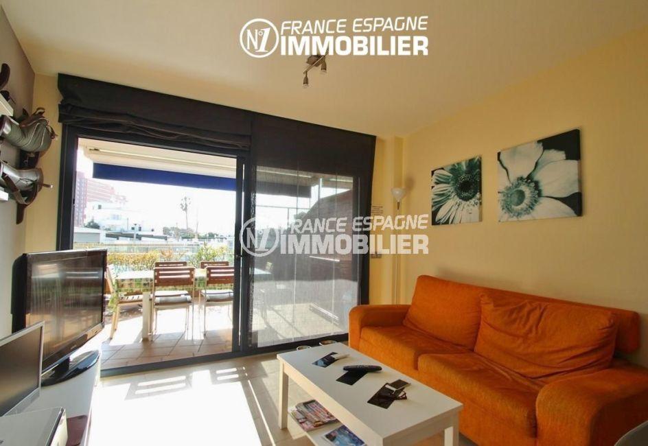 immo roses: appartement ref.2848, aperçu du salon avec accès sur la terrasse