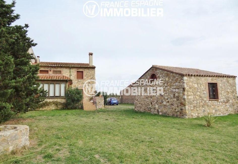 immo espagne costa brava: villa ref.1950, arrière de la villa, terrain de 600 m² et le puits à gauche