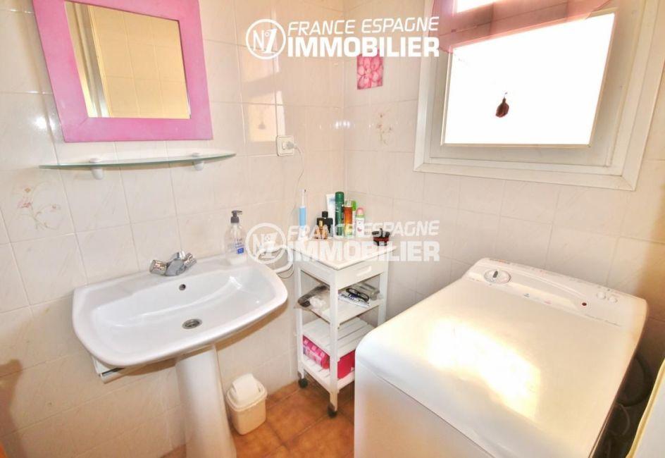 roses espagne: studio 35 m², salle d'eau avec lavabo et machine à laver