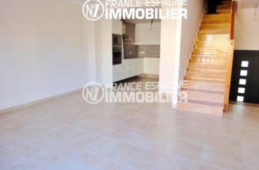 agence immobilière costa brava: villa 120 m², salon / séjour avec cuisine ouverte