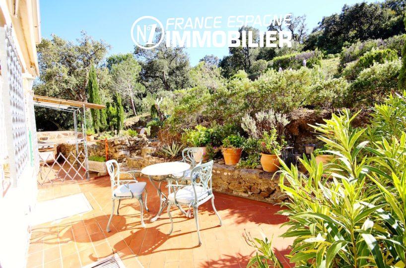 immobilier llanca: villa ref.2901, belle terrasse entourée de verdure
