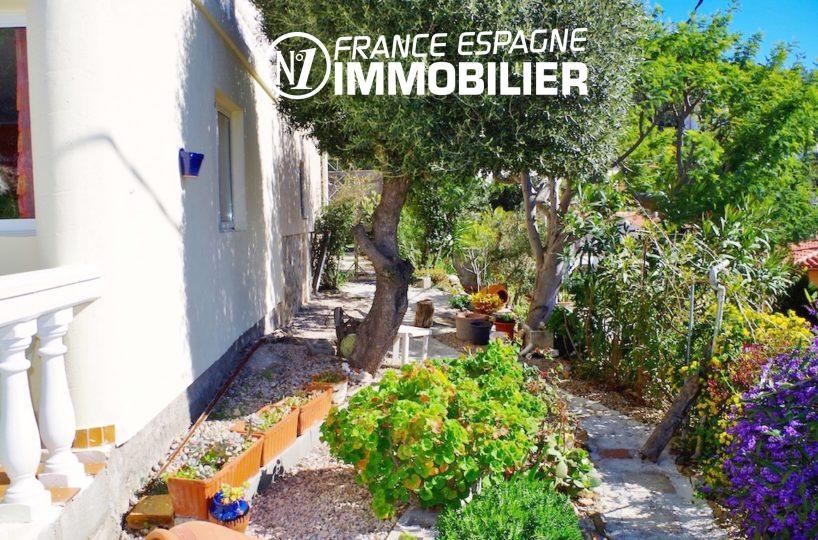 agence immobiliere rosas: villa ref.2497, une des façades de la maison et ses extérieurs
