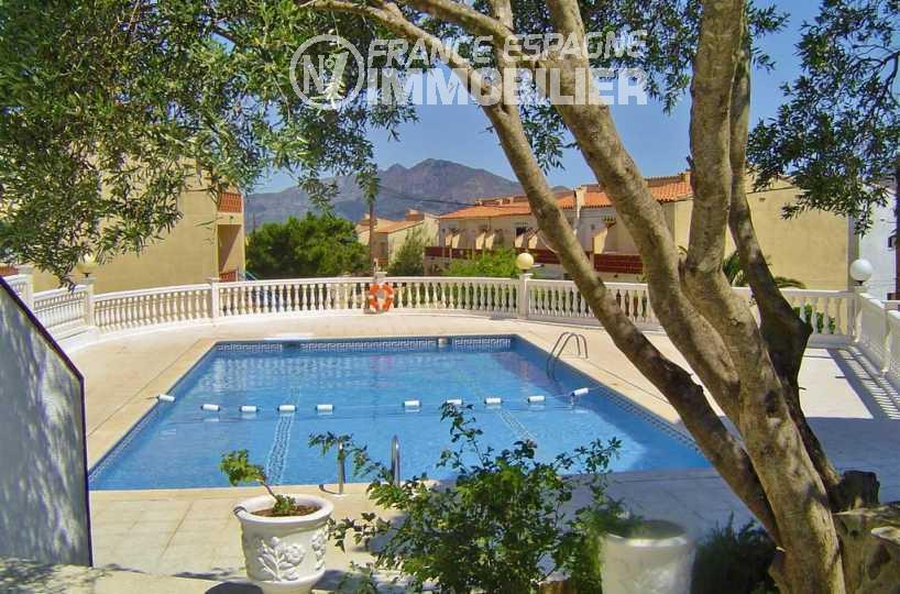 immocenter roses: villa ref.2945, aperçu de la piscine communautaire