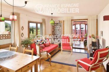 acheter maison costa brava, ref.354, séjour avec rangements, vue extérieure dégagée