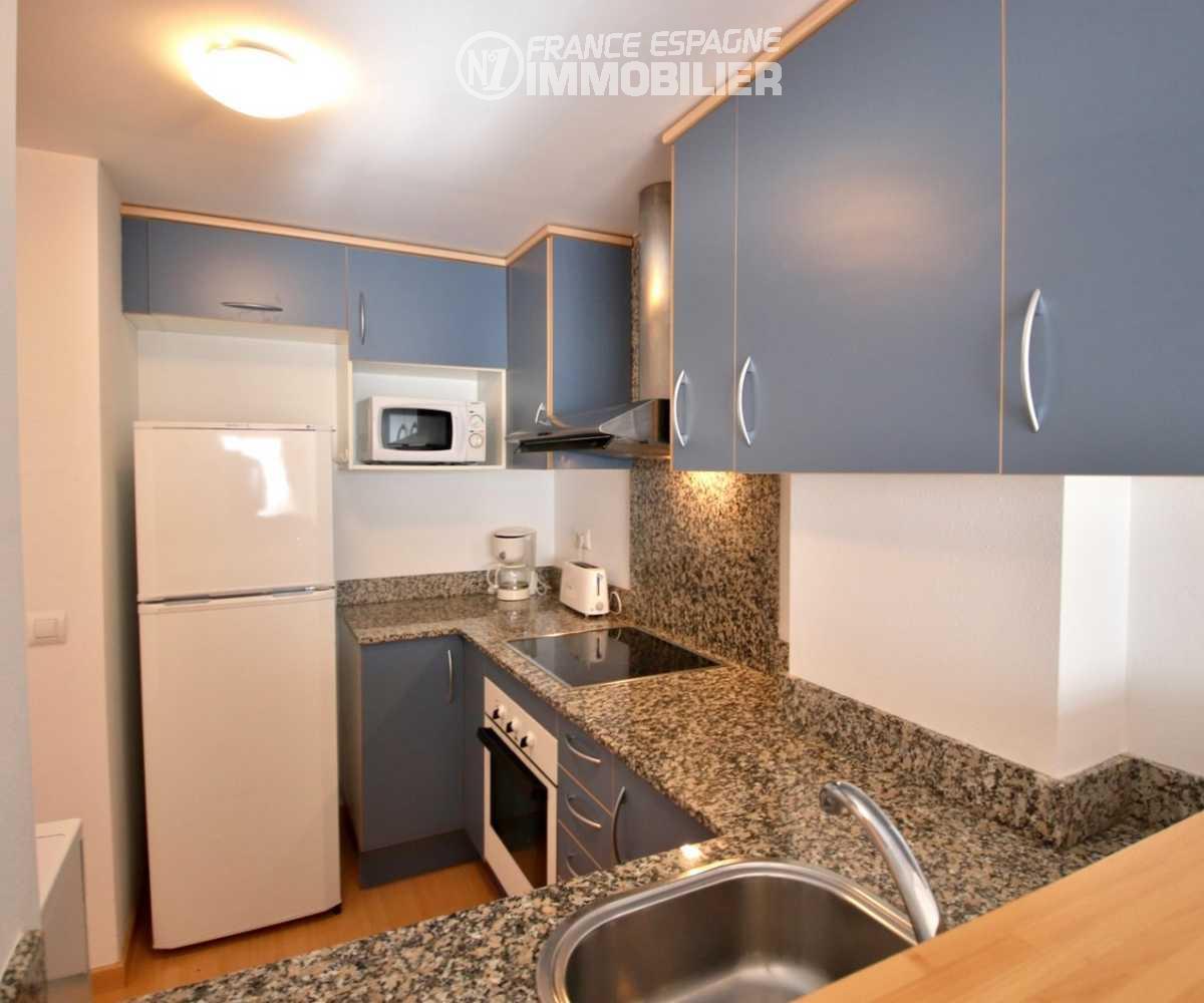 immo roses: appartement ref.1741, vue latérale de la cuisine avec multiples rangements