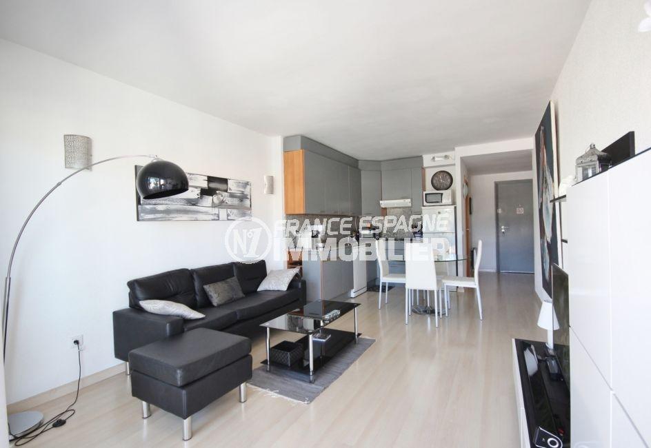 agence immobiliere costa brava: appartement 58 m², salon / séjour avec cuisine ouverte