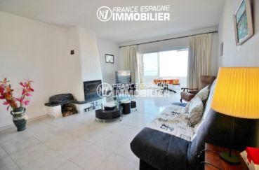 appartements a vendre a rosas, ref.3148, salon avec une cheminée accès à la véranda
