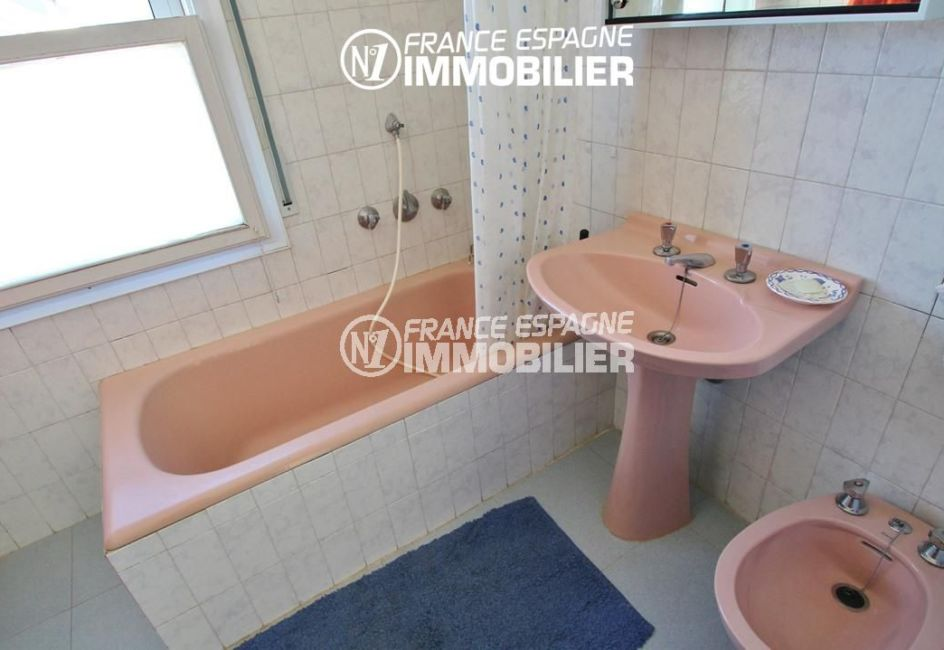 immocenter roses: appartement ref.780, salle de bain: baignoire, lavabo et bidet