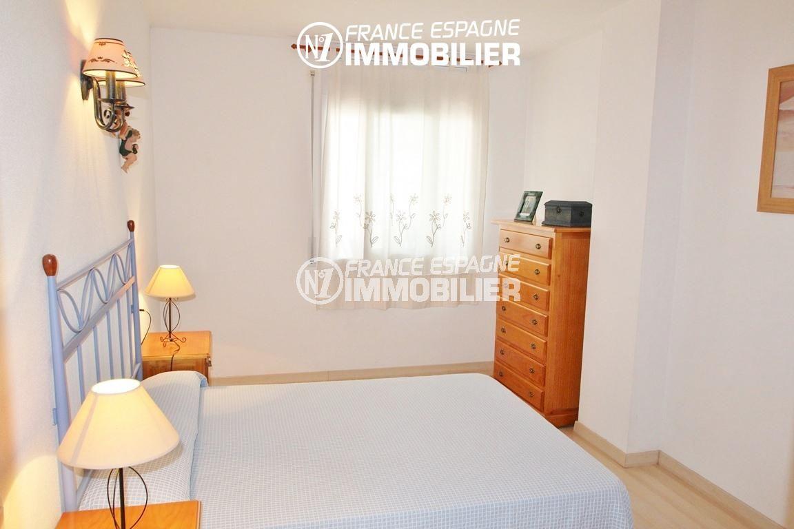 acheter appartement rosas, première chambre, lit double et fenêtre | ref.2647