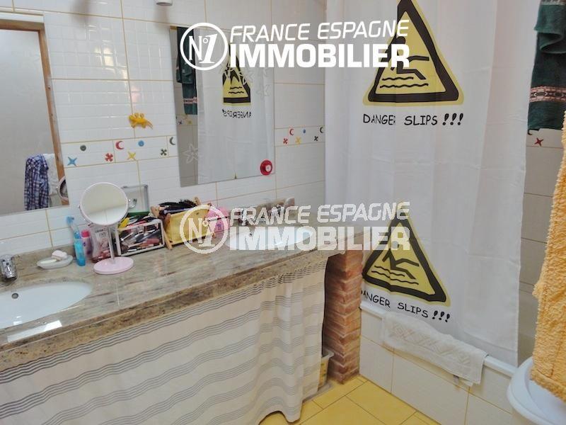 vente immobilier costa brava: villa 206 m², salle de bains avec baignoire, double vasque et wc