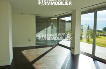 immobilier rosas espagne: villa ref.2392, première chambre avec grandes baies vitrées
