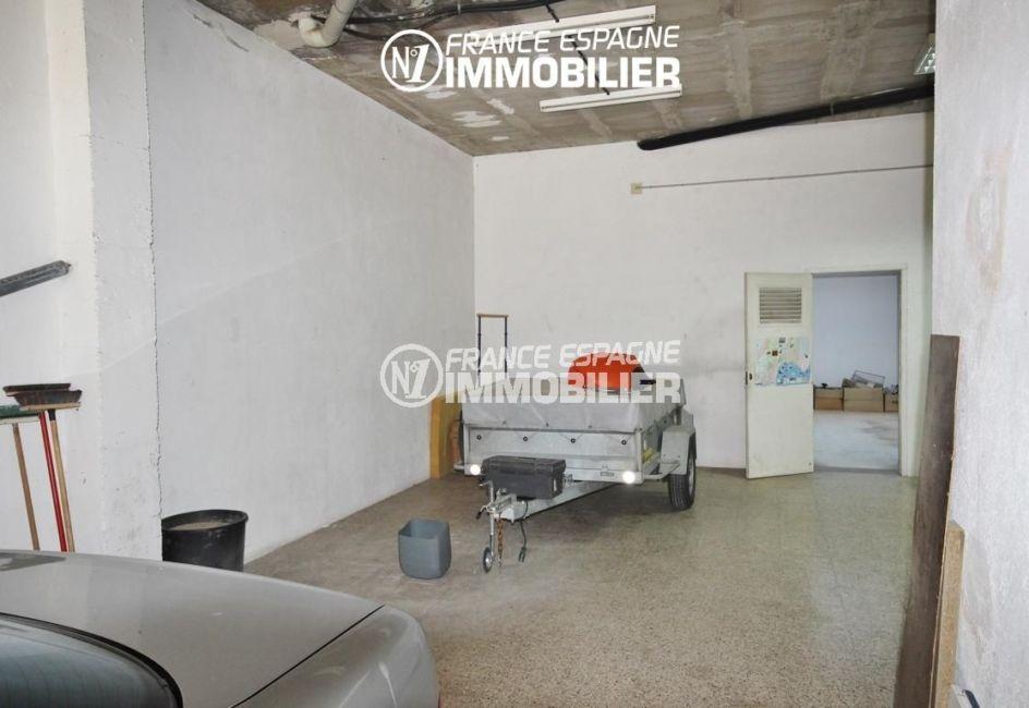 immo roses: commerce ref.3108, garage attenant au local de 189 m²