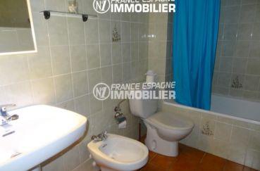 la costa brava: appartement 34 m², salle de bains avec baignoire, lavabo, bidet et wc