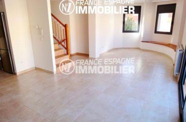 maison a vendre a empuriabrava, proche plage, salon / séjour accès étage escaliers