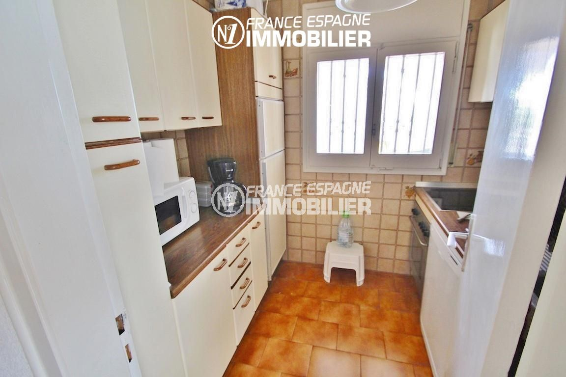 rosas immo: villa ref.2596, cuisine indépendante fonctionnelle avec rangements