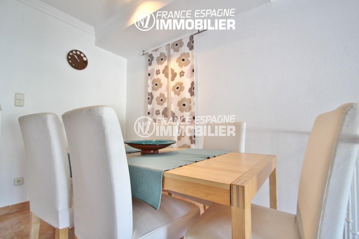 maison costa brava, ref.2735, vue sur le coin repas avec table et chaises