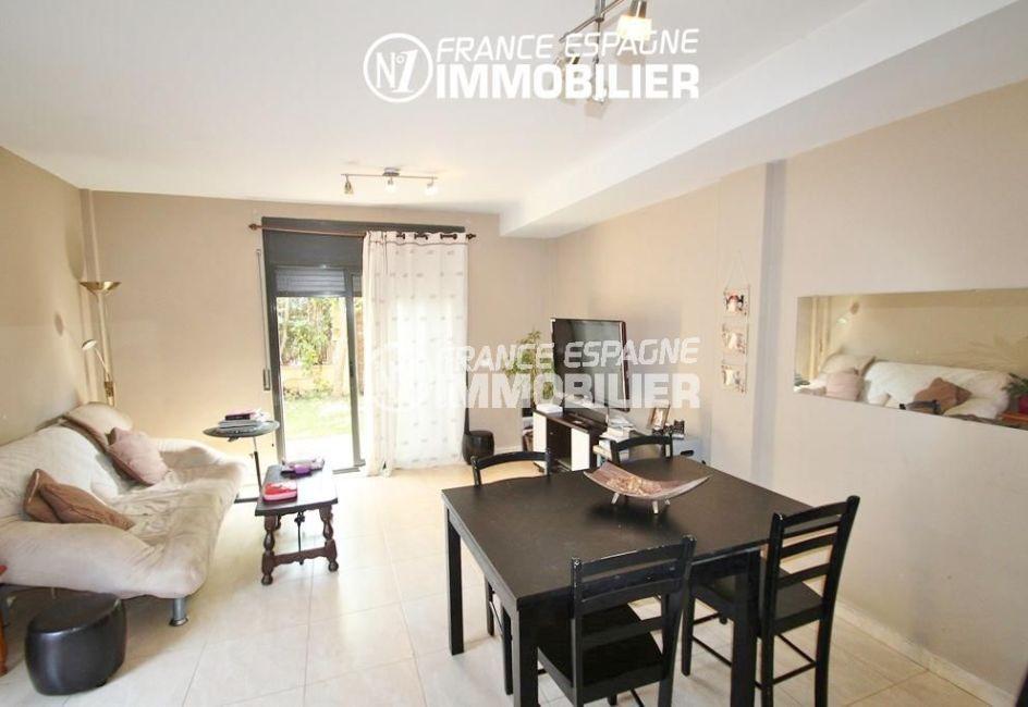 agence immobiliere empuriabrava: villa ref.2047, salon / séjour avec accès sur le jardin
