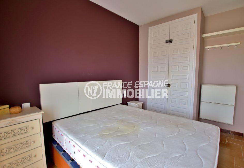 immo roses: villa 2 chambres 75 m², chambre parentale avec penderie