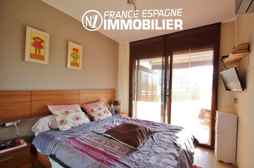 immo roses espagne: appartement ref.2848, première chambre avec lit double accès terrasse