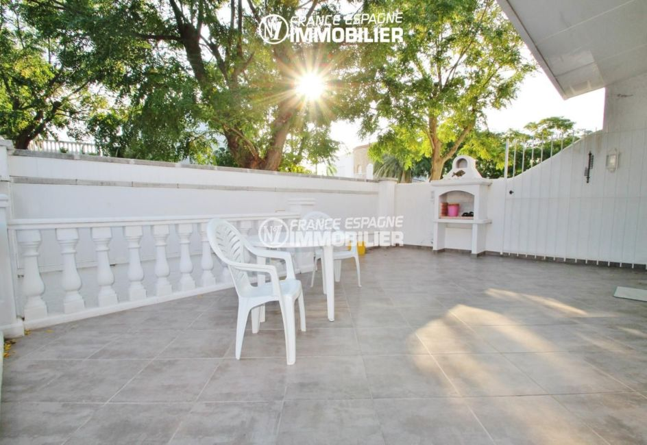 immobilier ampuriabrava: villa ref.1939, terrasse devant la maison et son BBQ