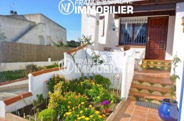 agence immobiliere costa brava: villa 108 m², vue sur la porte d'entrée espace fleuri