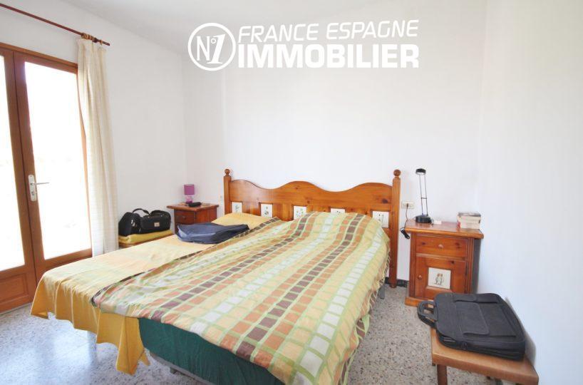 agence immobilière roses: appartement ref.3154, la chambre avec balcon vue montagne