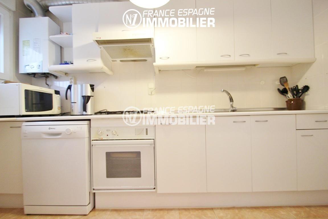immo center rosas: villa ref.2735, cuisine indépendante équipée avec des rangements