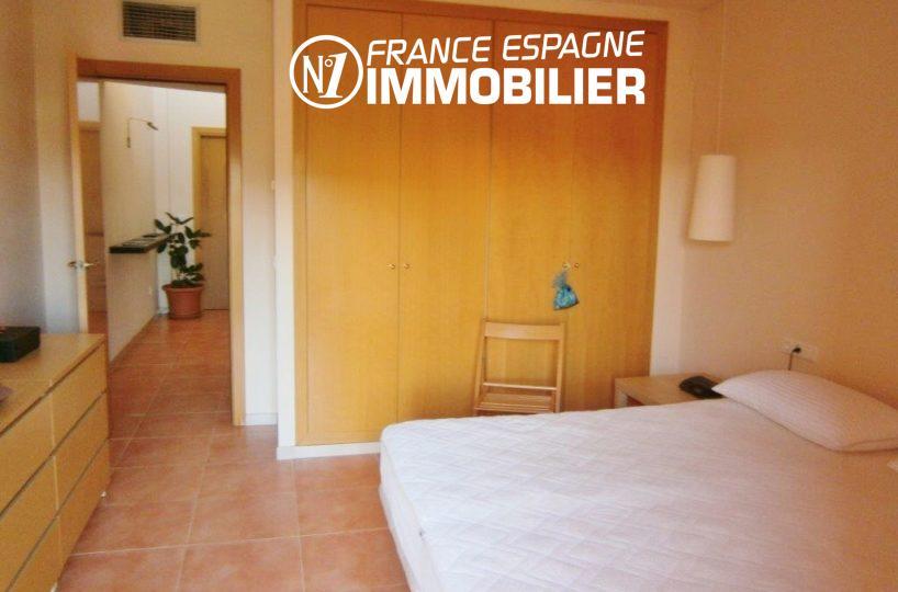 n1immobilier: villa ref.1970, première chambre avec lit double et rangements