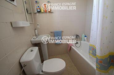 roses espagne: villa ref.3006, salle de bains: baignoire, lavabo et wc