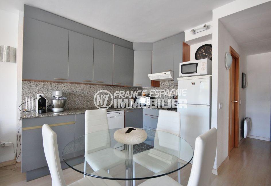 agence immobilière costa brava: appartement 58 m², cuisine ouverte équipée et fonctionnelle