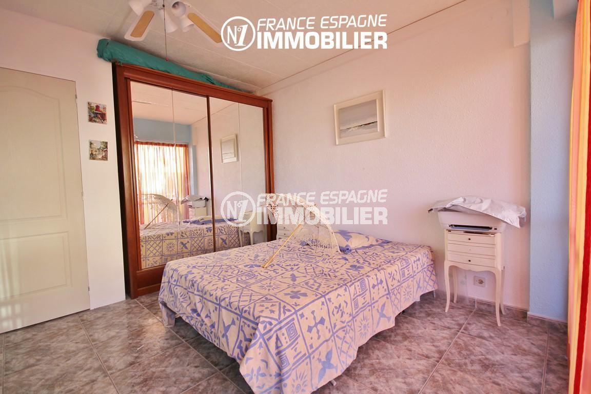immo roses: appartement ref.3052, chambre 2 avec placards intégrés