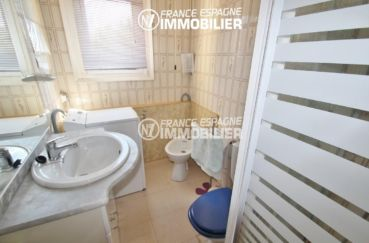 vente appartement rosas espagne, petit prix, salle d'eau avec meuble vasque et wc