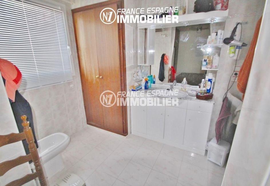 roses immobilier: villa ref.2596, salle d'eau de la suite parentale, meuble vasque