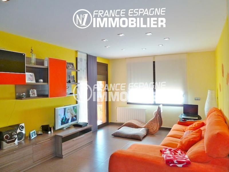 acheter maison costa brava, ref.1013, salon avec des rangements accès à la terrasse